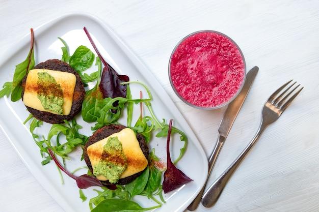 Zdrowe wegetariańskie placki ziemniaczane z marchewką brokuły papryka zielony groszek i cebula