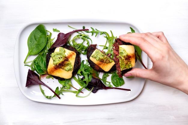 Zdrowe wegetariańskie placki ziemniaczane z marchewką bryłki warzywne