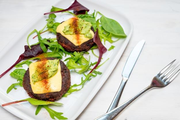 Zdrowe wegetariańskie placki ziemniaczane z marchewkowym sosem brokułowym