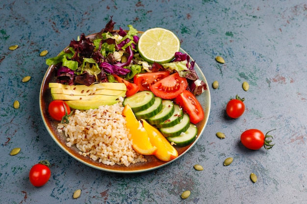 Zdrowe wegetariańskie zrównoważone jedzenie koncepcja, sałatka ze świeżych warzyw, miska buddy