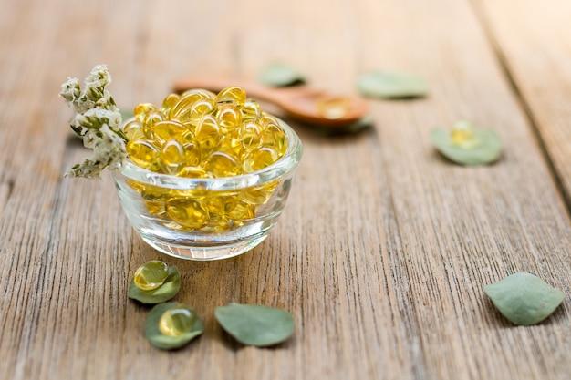 Zdrowe witaminy omega 3 widok z góry na tle drewna