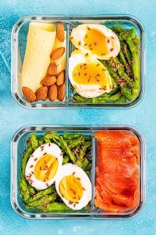Zdrowe, zbilansowane pudełko na lunch, lunch z dietą ketogenną, domowe jedzenie dla koncepcji biura.