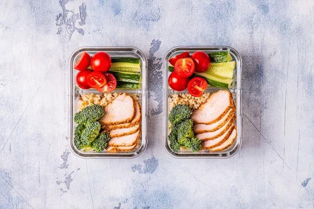 Zdrowe, zbilansowane pudełko na lunch z kurczakiem, ryżem i warzywami. biuro żywności, koncepcja zdrowego stylu życia.