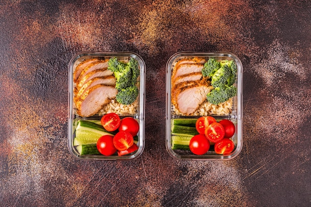 Zdrowe, zbilansowane pudełko na lunch z kurczakiem, ryżem, warzywami. biuro żywności, koncepcja zdrowego stylu życia.