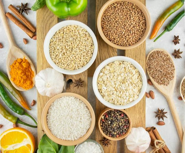 Zdrowe zboża i warzywa na drewnianym stojaku. zdrowe odżywianie. wspaniałe jedzenie. jedzenie wegetariańskie. kulinarne tło dla receptur. tło żywności.