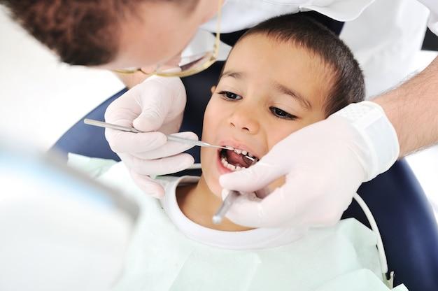 Zdrowe zęby pacjenta w gabinecie dentystycznym próchnicy zapobieganie