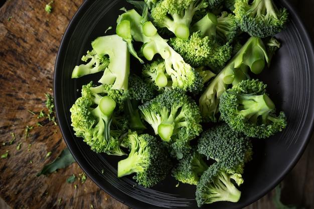 Zdrowe zielone organiczne surowe brokuły florets gotowy do gotowania