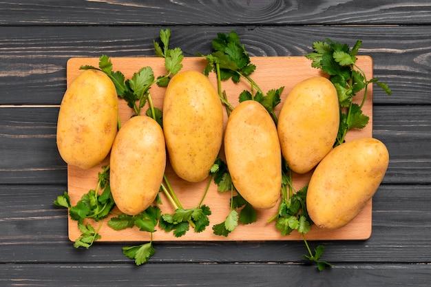 Zdrowe ziemniaki leżały na płasko