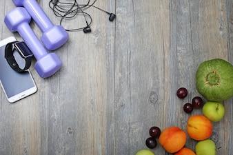 Zdrowego stylu życia hantle inteligentny zegarek i owoce