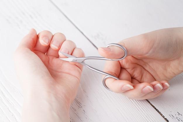 Zdrowie i higiena osobista: ręka trzyma nożyczki do manicure