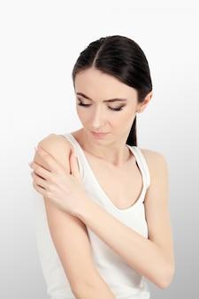 Zdrowie. kobieta w bólu czuje się zły i chory, ból głowy i gorączka, trzymając rękę. piękna nieszczęśliwa zmęczona dziewczyna cierpi na bolesny ból głowy i stres. opieka zdrowotna.