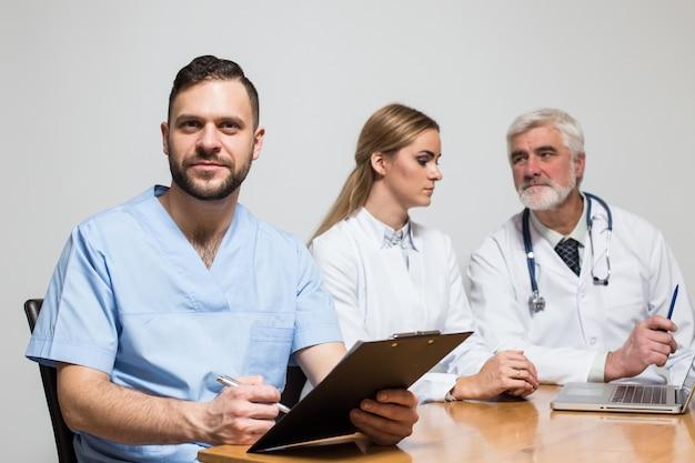 Zdrowie mężczyzna uśmiecha się zawodowych chirurga grupy