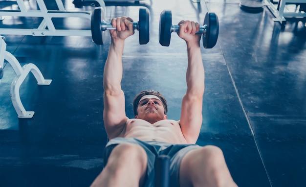 Zdrowie psychiczne i dobre samopoczucie. dopasowany i jędrny dla zdrowia. ulepszenia umysłu i ciała. sportman poćwiczyć w siłowni fitness.