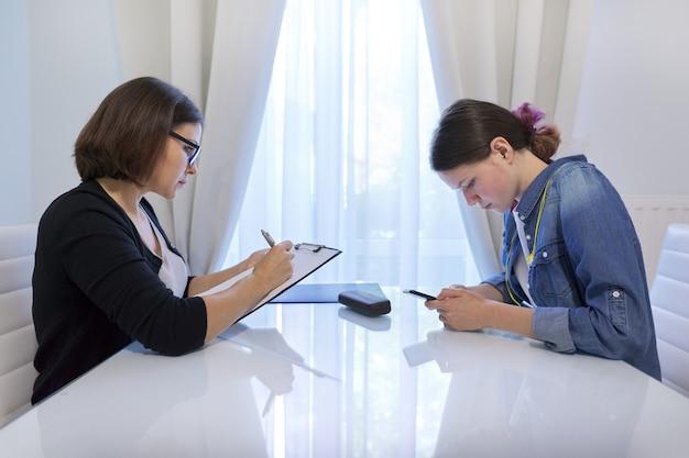 Zdrowie psychiczne okresu dojrzewania, nastolatka rozmawia z doradcą psychologiem o swoich uczuciach