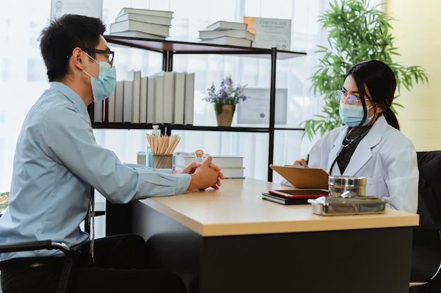 Zdrowie psychiczne. psycholog doradza pacjentowi. bezrobocie związane z problemami ekonomicznymi podczas utraty pracy przez koronawirusa lub covid-19 w tajlandii, azji. lekarz pracujący w klinice.