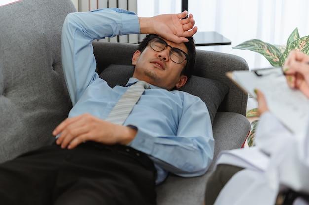Zdrowie psychiczne. psycholog doradza pacjentowi. bezrobocie związane z problemami ekonomicznymi podczas utraty pracy przez koronawirusa lub covid-19 w tajlandii, azji.