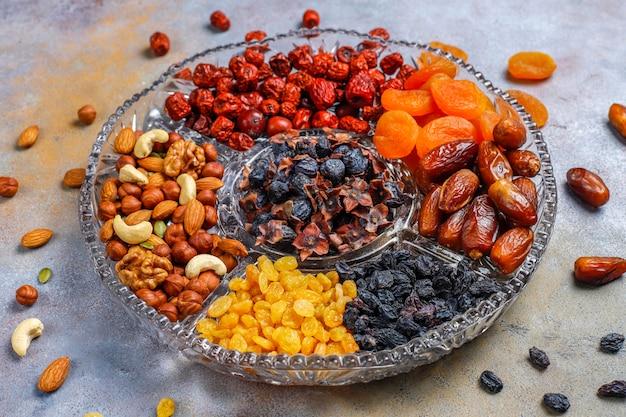 Zdrowy asortyment suszonych owoców, widok z góry