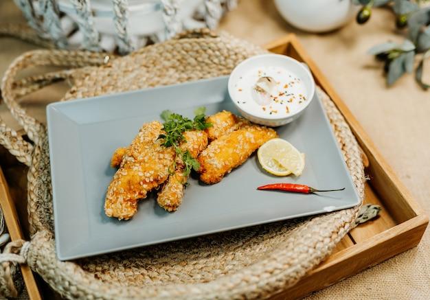 Zdrowy chrupiący kurczak z sosem