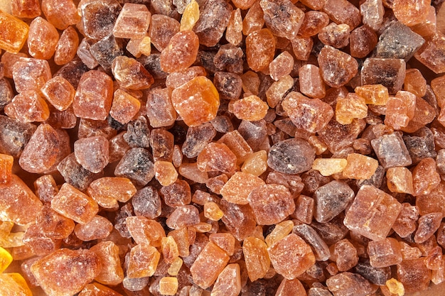 Zdrowy cukier trzcinowy na drewnianym brązie