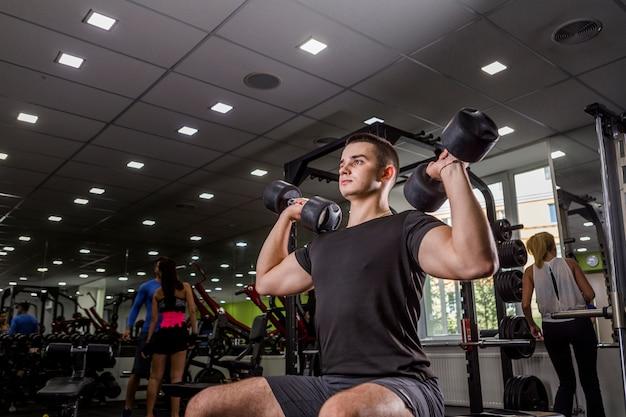 Zdrowy człowiek trening na siłowni