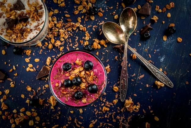 Zdrowy deser jogurtowy, owocowy koktajl