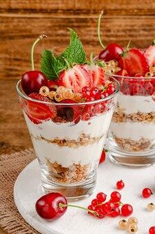 Zdrowy deser z muesli z jogurtem i świeżymi jagodami