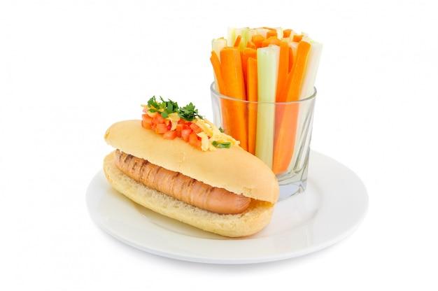 Zdrowy hotdog na talerzu odizolowywającym
