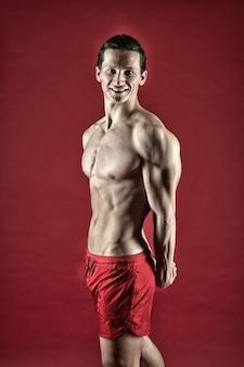 Zdrowy i silny. koncepcja kulturysta mięśni. popraw się. macho przystojny z umięśnionym torsem. człowiek muskularny sportowiec stać pewnie. atrakcyjny facet mięśni klatki piersiowej. dumny z doskonałego kształtu.