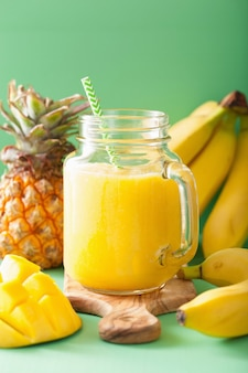 Zdrowy koktajl ananasowy z mango w słoikach