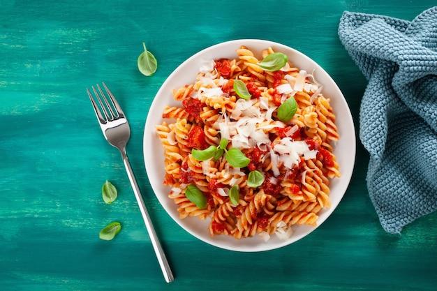 Zdrowy makaron fusilli z sosem pomidorowym bazylia parmezan