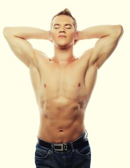 Zdrowy muskularny młody człowiek. na białym tle.
