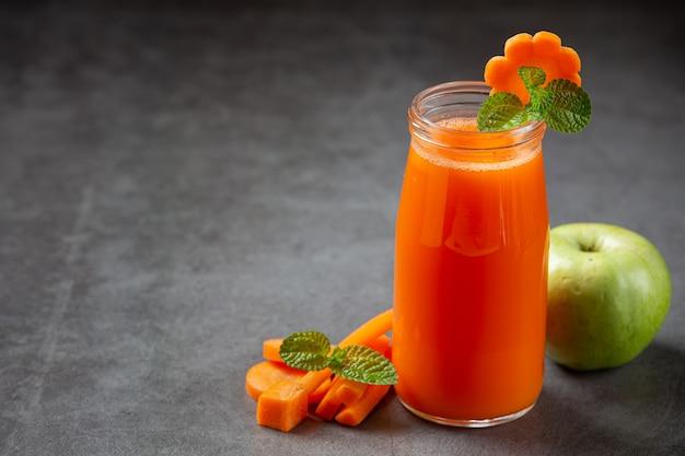 Zdrowy napój, świeży sok z marchwi