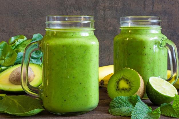 Zdrowy napój zielony koktajl z bananem, szpinakiem, awokado,