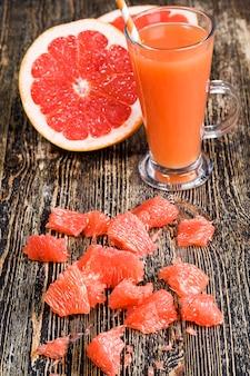 Zdrowy naturalny sok grejpfrutowy z soczystych czerwonych grejpfrutów