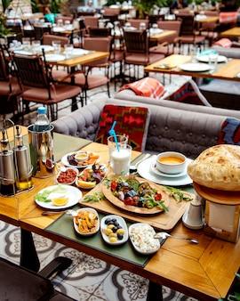 Zdrowy obiad na stole w restauracji