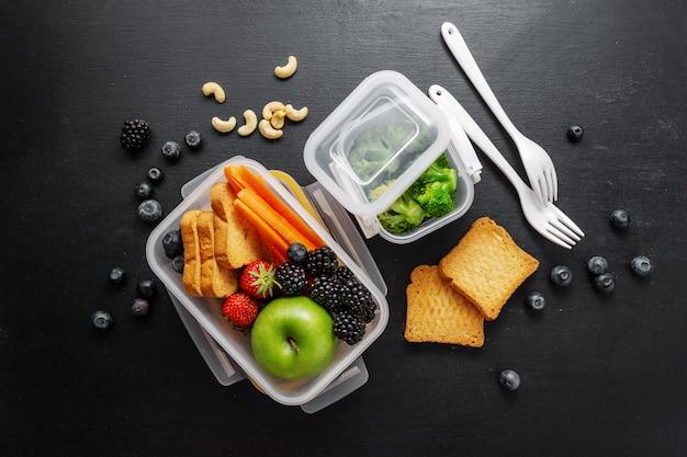 Zdrowy obiad zapakowany w pudełko na lunch