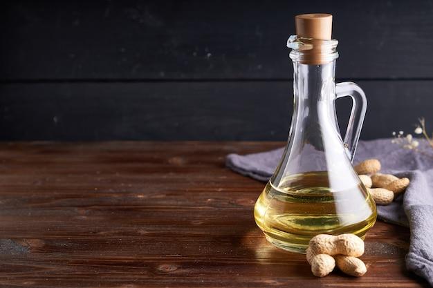 Zdrowy olej arachidowy w szklanej butelce.