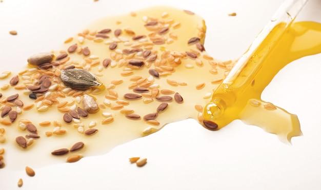 Zdrowy olej i nasiona słonecznika, len, nasiona sezamu. koncepcja zdrowej diety wegetariańskiej, detox. leżał płasko.
