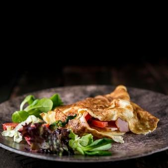 Zdrowy omlet na ciemnym talerzu