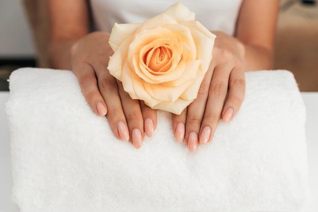Zdrowy piękny manicure i kwiaty
