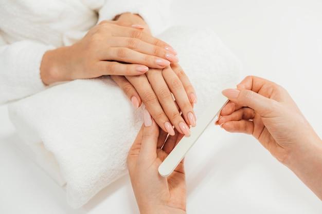 Zdrowy piękny manicure i manikiurzystka z plikiem