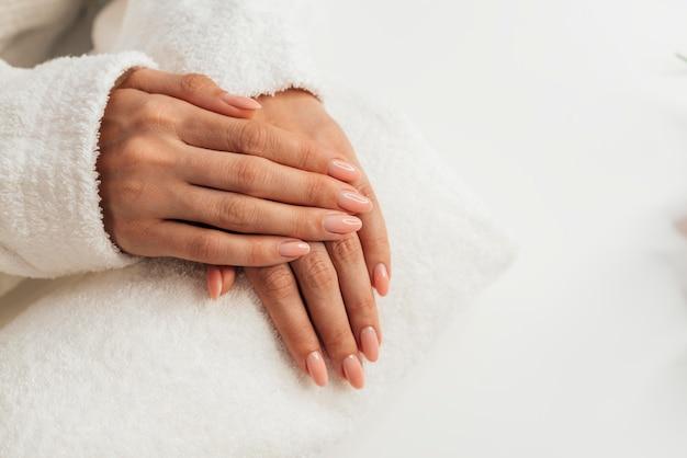 Zdrowy piękny manicure leżał płasko