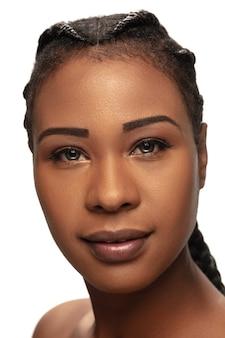 Zdrowy. portret pięknej kobiety afroamerykańskiej na białym tle na białym studio