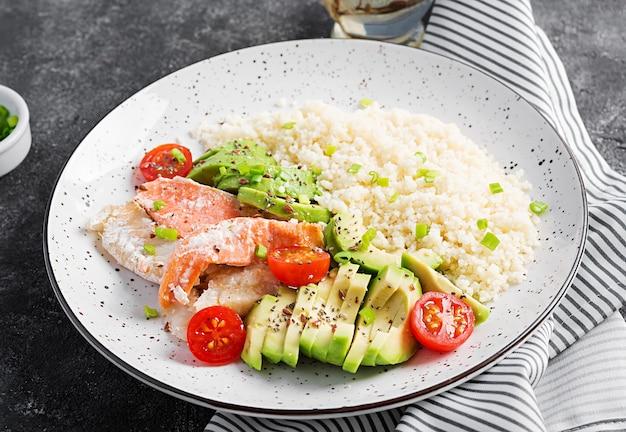 Zdrowy posiłek. sałatka z łososiem, kuskusem, awokado i pomidorami.