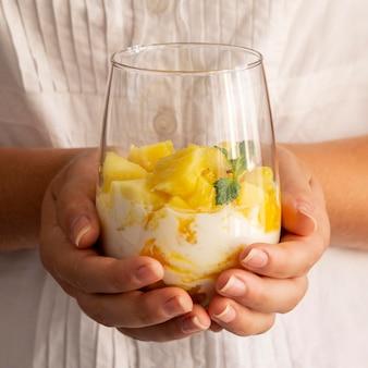Zdrowy posiłek z jogurtem i ananasem w szkle