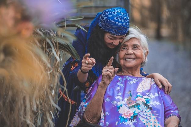 Zdrowy. rodzina. córka pomaga starszym macierzystemu ćwiczeniu. pojęcie zdrowia seniora.