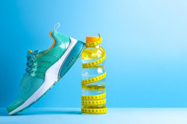 Zdrowy, sportowy styl życia. sport. biegać. trampki. woda