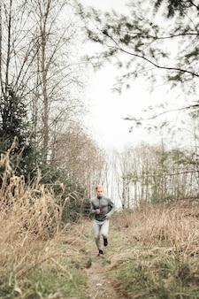 Zdrowy sprawność fizyczna mężczyzna bieg na lasowym śladzie