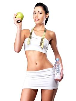 Zdrowy styl życia kobiety szczupłej sylwetki po diecie. sportowa suczka o idealnej figurze
