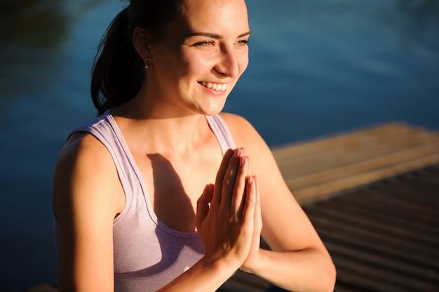 Zdrowy styl życia kobiety zrównoważony, ćwiczenia medytacji i energii jogi na moście w godzinach porannych natury.